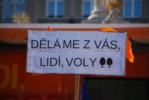 Jeden z transparentů namířený od pódia, autor: Jakub Jedelský