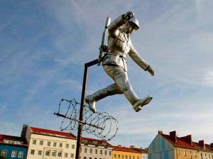Socha Conrada Schumanna nedaleko skutečného místa útěku - v ulici Bernauer Stresse, autor: Michal Prouza