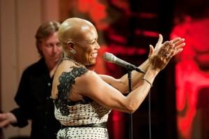 Dee Dee Bridgewater tleskající publiku (Autor: Petra Hajská)