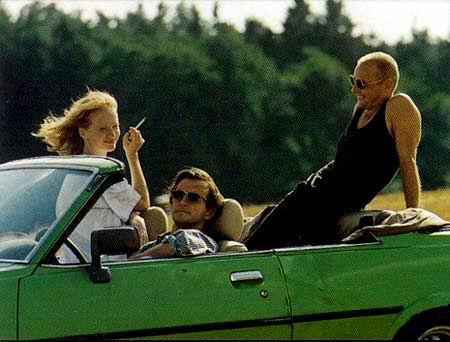 Auto, dva muži a žena - shodný vzorec lze najít i ve Svěrákově road movie Jízda, zdroj: http://www.sverak.cz