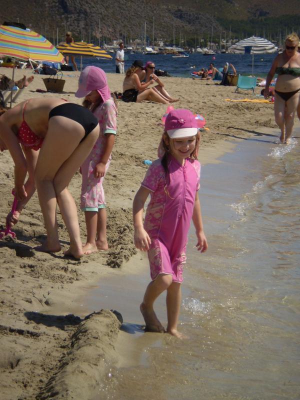 """Takto na první pohled poznáte anglické dítě. Tyto """"plavky"""" jsou příkladem kratšího modelu, k vidění byly i děti, kterým byl vidět pouze obličej, dlaně a chodidla. Autor: Jana Špulková"""