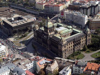 Kontrast staré a nové budovy Národního muzea, zdroj: www.mediafax.cz