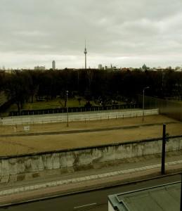 V dálce televizní věž na Alexandrplatzu, v popředí jediné dochované pásmo smrti berlínské zdi, autor: Michal Prouza