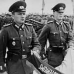 """Hagen Koch – Východoněmecký voják, který """"načrtl"""" zeď u Checkpoint Charlie"""