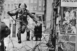 Památná fotografie, která se stala symbolem Berlínské zdi, zdroj: Spiegel, autor: Peter Leibing, 15. 8. 1961