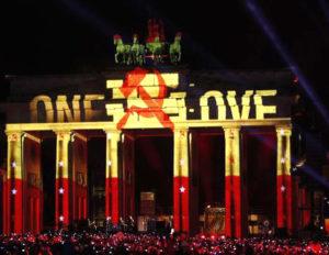 U2 využili Brandenburskou bránu jako projekční plátno, autor: Horst Kreuzmann