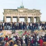Berlínská zeď nenávratně padá