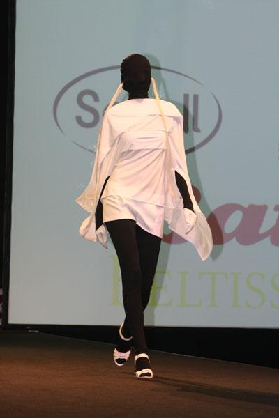 """Brice Mensah, kolekce """"SIMPLY WHITE""""; Vítěz Top Styl Designer 2009"""