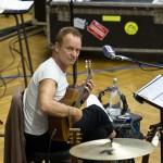 Stingovi orchestr za zády náramně sluší