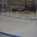 Dominantou Masarykova náměstí je vánoční kluziště