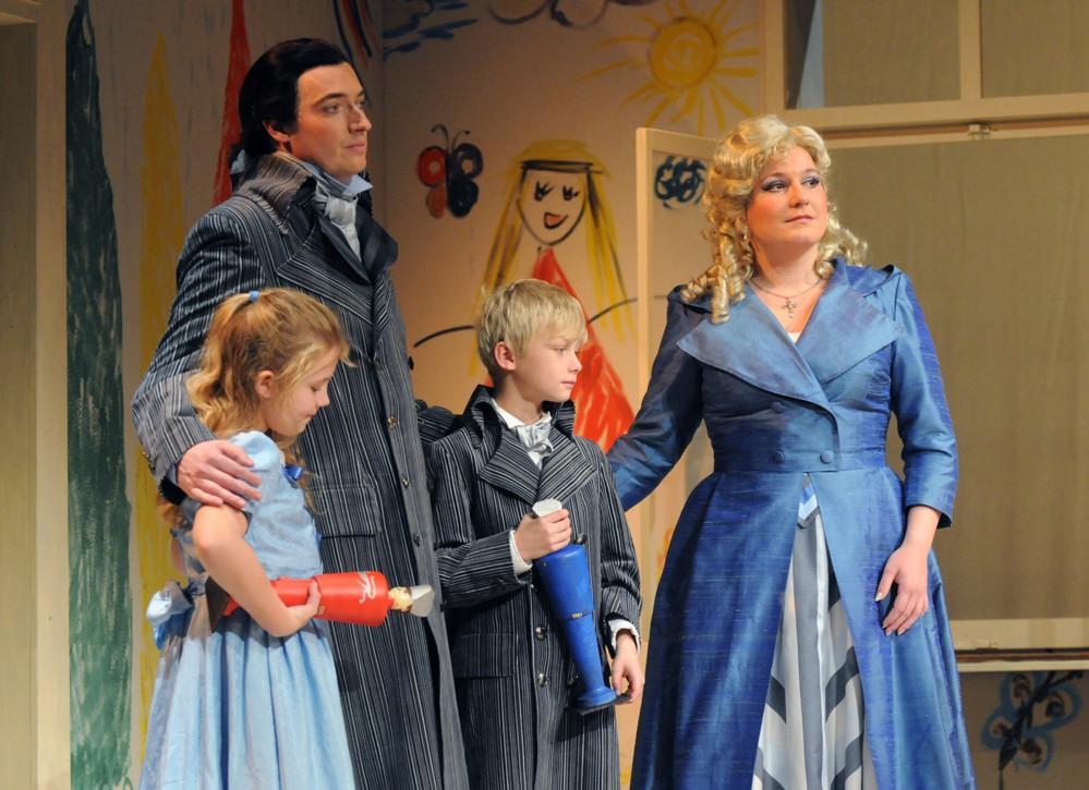 Bohuš (Jiří Hájek), Julie (Ivana Veberová) a děti