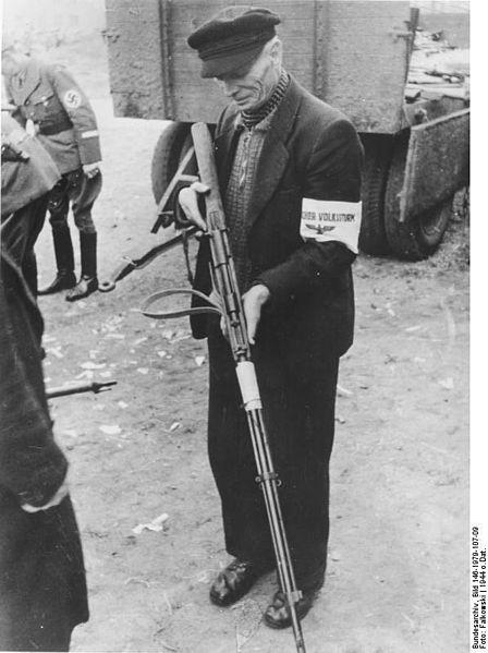 448px-Bundesarchiv_Bild_146-1979-107-09,_Volkssturmmann_mit_Gewehr