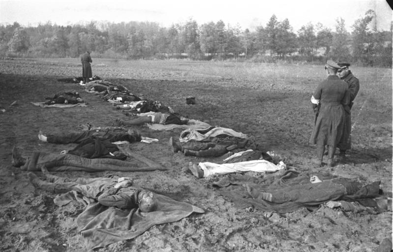 Bundesarchiv_Bild_101I-464-0383I-26,_Nemmersdorf_(Ostpreußen),_ermordete_Deutsche